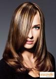 Dlouhý uhlazený účes z postupně sestříhaných hnědých vlasů s blond melírem a pěšinkou na straně