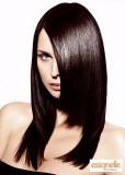Účes z dlouhých uhlazených rovných vlasů hnědé barvy, v před sestříhaný schodek, s pěšinkou na straně