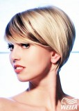 Krátký střih v blond s tmavými proužky