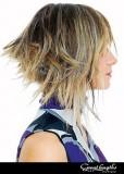 Nepravidelná délka vlasů s barevným melírem
