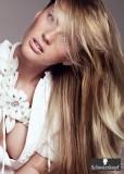 Účes z dlouhých rovných sestříhaných vlasů hnědé barvy s blond melírem
