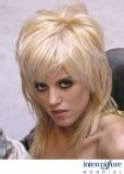 Polodlouhý, společenský, výrazně sestříhaný účes v blond