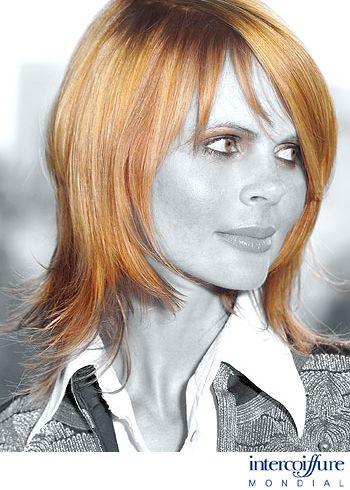 Polodlouhý, elegantní účes s vytočenými konečky a blond proužky