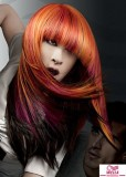 Dlouhý účes z rovných sestříhaných vlasů s ofinou do čela, rezavé barvy s mnoha barvami melírů