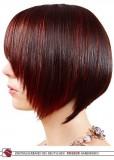 Dámské mikádo z krátkých rovných vlasů postupně sestřižené, hnědé barvy s červeným melírem