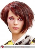 Asymetricky střižené mikádo z krátkých rovných vlasů hnědé barvy s červeným melírem a ofinkou na stranu
