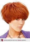 Krátké mikádo z prostříhaných vlasů vytvářející objem, rezavé barvy