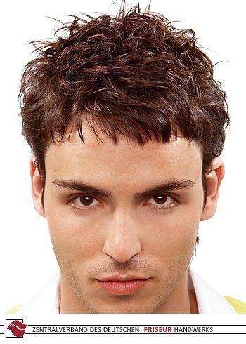 Pánský rozcuch z krátkých prostříhaných vlasů hnědé barvy s lehkou ofinkou do čela