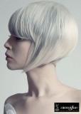 Krátké mikádo střižené do podkovy s rovnou ofinou do čela, platinové blond s šedým melírem