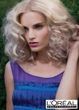 Polodlouhý zvlněný blond účes s pěšinkou uprostřed