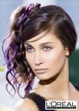 Společenský účes vyčesaný na straně, z hnědých dlouhých vlasů s fialovým melírem