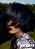 Účes z krátkých rovných černých vlasů s modrým melírem