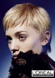 Krátký střih v zářivé, světlé blond