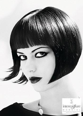 Klasické mikádo z krátkých rovných uhlazených vlasů černé barvy, s rovnou ofinou a pěšinou uprostřed