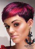 Velmi krátký dámský účes s šikmo střiženou ofinou, fialové barvy s růžovým melírem