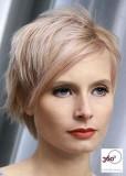 Výrazně sestříhaný účes z krátkých rovných vlasů blond barvy s jemným růžovým melírkem