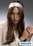 Mírně sestříhaný účes z dlouhých rovných vlasů hnědé barvy, ozdobený širokou čelenkou v hippie stylu