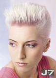 Krátký sestříhaný účes z rovných vlasů blond platinové barvy, stylizované nahoru