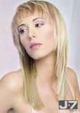 Účes z dlouhých rovných vlasů, postupně sestříhaný, blond barvy s jemným růžovým melírem