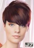 Postupně sestříhaný účes z krátkých rovných vlasů s ofinou do čela tmavofialové barvy s melírem