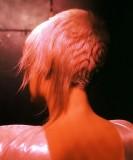 Extravagantní asymetricky střižený účes z krátkých sestříhaných vlasů červenéblond barvy