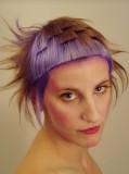 Krátký extravagantní rozcuch z rovných vlasů s mini ofinou, hnědé barvy, fialově podbarvený