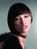 Účes z krátkých rovných vlasů hnědé barvy s melírem, s ofinou rámující obličej