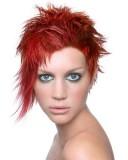 Extravagantní asymetrický rozcuch z krátkých rovných vlasů červené barvy