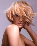 Krátké blond mikádo z rovných vlasů, se zvlněnou ofinou stylizovanou do tváře