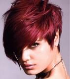 Asymetrický krátký moderní účes z rovných vlasů tmavočervené barvy, postupně sestříhaný