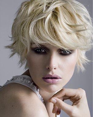 Rozcuch z krátkých prostříhaných rovných vlasů blond barvy s ofinou do čela