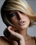 Krátký účes z rovných uhlazených vlasů blond barvy s jemným světle hnědým melírem a pěšinku na straně