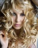 Účes z dlouhých vlasů z velkých vln, blond barvy
