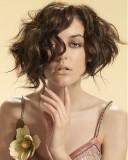 Polodlouhé mkádo z vnitých vlasů hnědé barvy, střižené do podkovy, s pěšinkou na straně