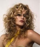 Účes z dlouhých vlasů z velkých vln, světlehnědé barvy s blond melírem
