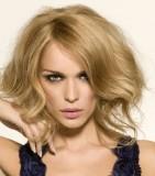Polodlouhé mikádo z přirozeně zvlněných vlasů blond barvy s pěšinkou na straně