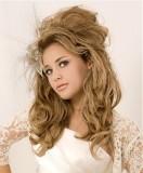 Částečně vyčesaný něžný svatební účes, z dlouhých vlnitých vlasů světlehnědé barvy, zdobený závojem