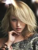 Polodlouhé mikádo z rovných sestříhaných vlasů blond barvy, s ofinou přes oko