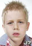 Roztomilý účes pro chlapečky, natužený do špiček, blond barvy