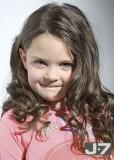 Roztomilý účes pro malou princeznu z dlouhých hnědých vlásků kroutících se do prstýnků