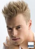 Pánský krátký účes z rovných blond vlasů, na temeni natužených vzhůru, po stranách sestříhaný