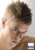 Krátký účes pro pány, z rovných sestříhaných blond vlasů, stylizovaný do mírného rozcuchu