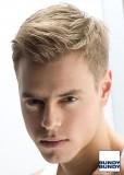 Krátký pánský účes decentního vzhledu, z rovných vlasů blond barvy