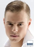 Pánský uhlazený účes z rovných blond vlasů s pěšinkou na straně, mokrého vzhledu