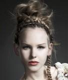 Lehce extravagantní společenský účes z dlouhých rovných vyčesaných vlasů blond barvy