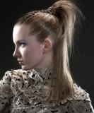Vysoce vyčesaný culík z dlouhých rovných vlasů světlehnědé barvy, se spletrným copánkem