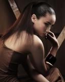 Do hladka vyčesaný culík na temeno, z dlouhých rovných vlasů hnědé barvy