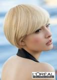 Krátké mikádo z rovných vlasů blond barvy s delší rovně střiženou ofinou do čela