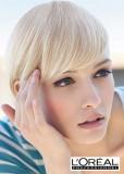Krátký uhlazený účes z rovných vlasů blond barvy s delší ofinou do čela