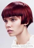 Mikádo z krátkých rovných vlasů červené barvy s melírem, s ofinou rovně střiženou do čela